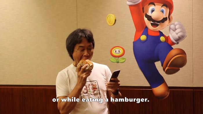今回の動画は、「スーパーマリオランはハンバーガーを食べながらでもプレイ出来る」ということがアップルの発表会などでもコメントされていましたが、それを宮本茂氏が実演