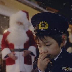 サンタクロースのプレゼントがPSVITAじゃなくて、子ども警官に確保されるCMが公開